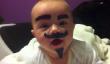 Tout ce qu'il faut savoir à propos de cette vidéo est Il ya un bébé portant une moustache