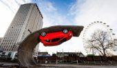Upside Installation de Down voiture d'Alex Chinneck à Londres