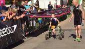 8-year-old boy avec la paralysie cérébrale termine le premier Triathlon