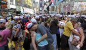 Des centaines rejouent Baiser Iconic à Time Square