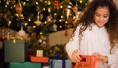 Les filles se préparent pour des cadeaux de Noël grands - neuf années