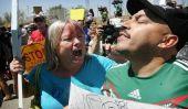 Chanteur Lupillo Rivera Spit sur tandis que les bus Défendre Transfert Enfants sans-papiers à Murrieta, en Californie