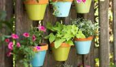 Clôture couvert de pots de fleurs suspendus