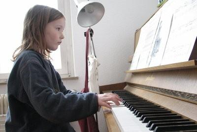 Installez charnière piano dans la porte de l'armoire - comment cela fonctionne: