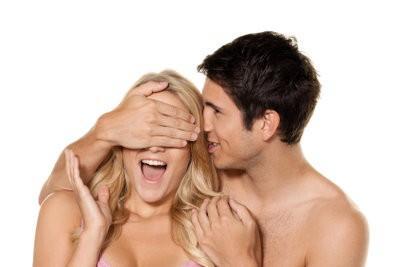 Câlins avec sa petite amie - il est donc une soirée romantique