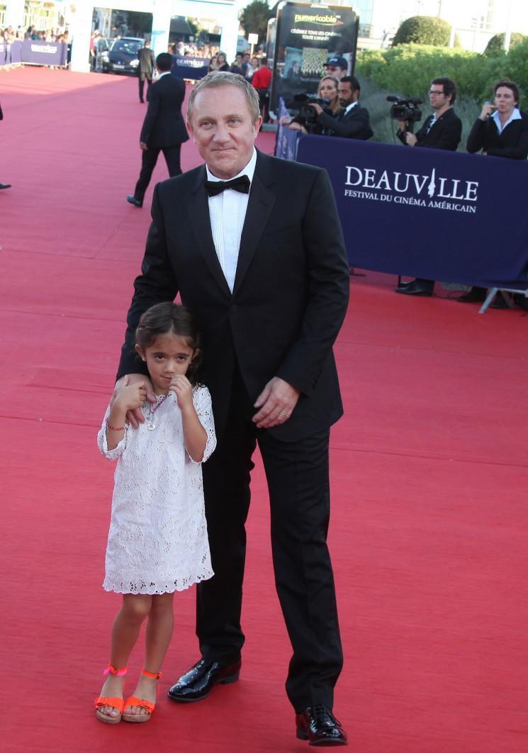 Salma Hayek Poses sur le tapis rouge avec sa famille (Photos)