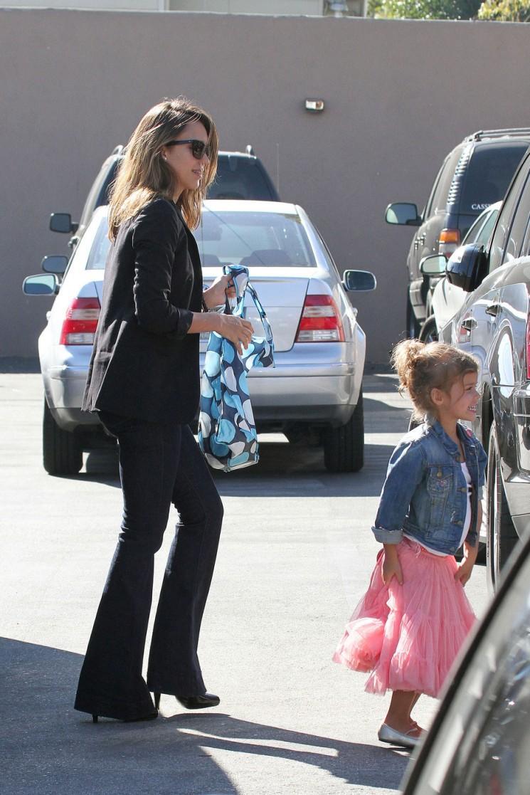 Jessica Alba prend Jolie en rose honneur à l'école (Photos)