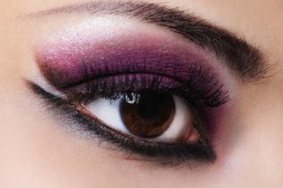 Cheveux rouge-violet - trouver le bon maquillage