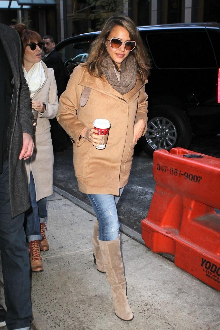 Jessica Alba Bundles Up à New York (Photos)