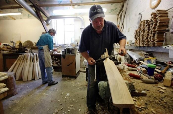 A l'intérieur d'un atelier de fabrication de batte de cricket