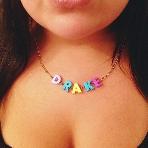 Exprimez-vous avec un collier coloré de lettre personnalisée