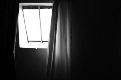 Une fenêtre oblique rideaux beau installer - Instructions