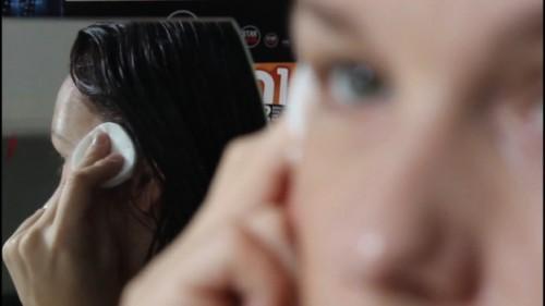 Retirer la couleur des cheveux du visage - donc procéder efficacement contre