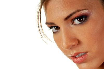 Compensée par des astuces de maquillage pour le visage asymétrique