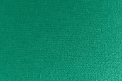 Porter des collants verts - afin qu'il corresponde à la jupe