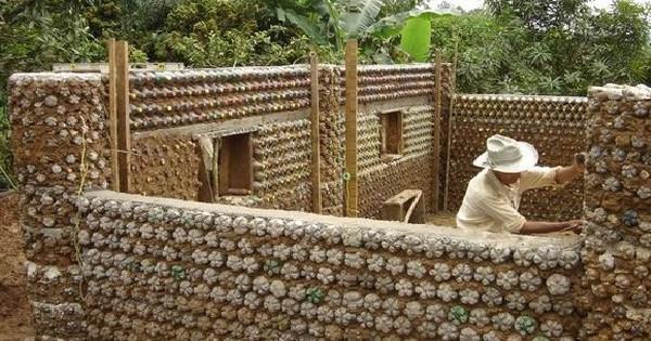 comment construire des maisons avec des bouteilles en plastique. Black Bedroom Furniture Sets. Home Design Ideas