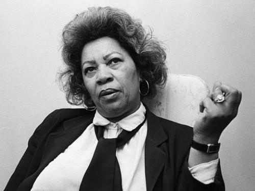 Pourquoi tout le monde devrait lire les pensées de Toni Morrison sur la race et l'injustice