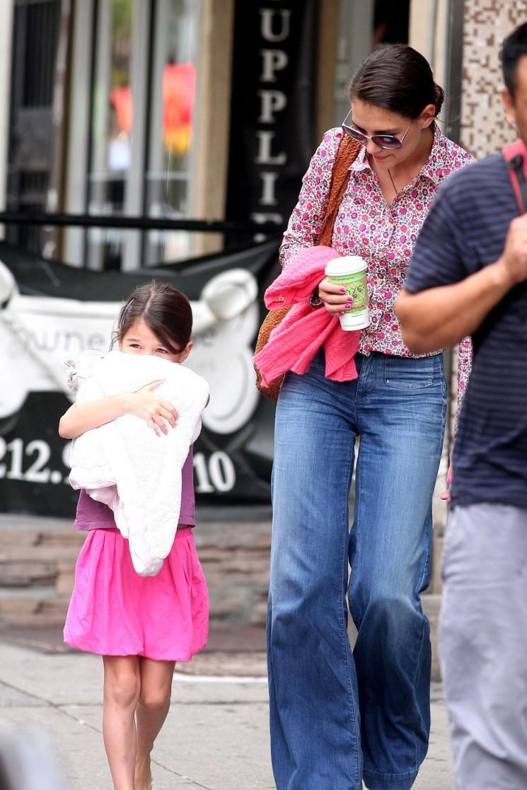 Maisons Katie et Suri Cruise Step Out In Pink pour une course de café (Photos)