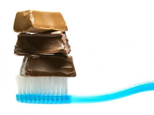 Comment combattre la carie en vous brossant les dents avec du chocolat