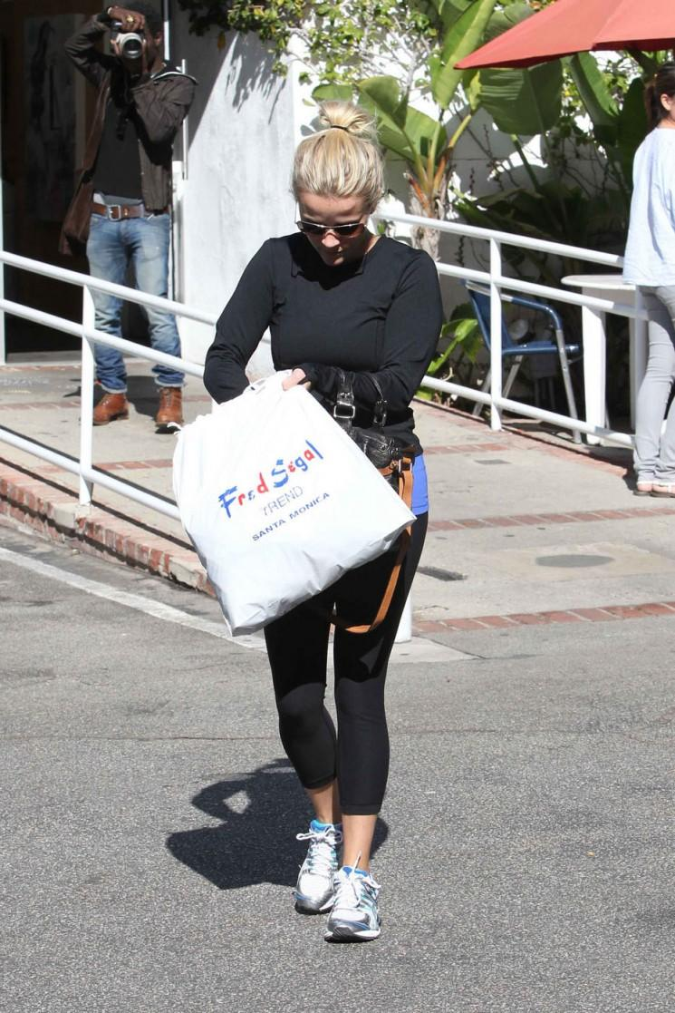 Reese Witherspoon va faire les courses chez Fred Segal dans ses vêtements Gym (Photos)