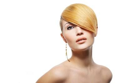 Comment puis-je obtenir des cheveux raides sans lisseur?