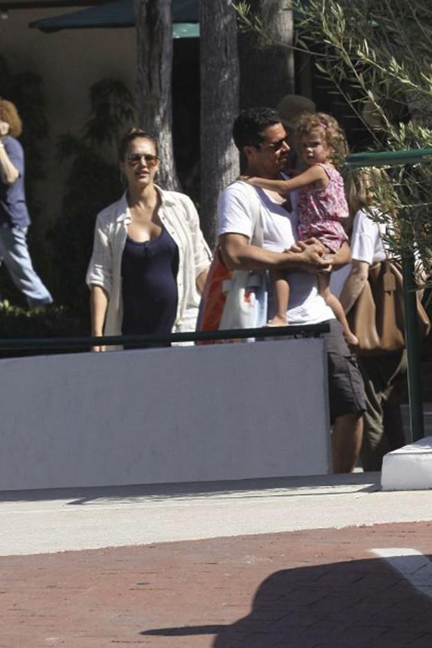 Jessica Alba Bump Montre au Playground: Quand est Jessica Alba raison?  (Photos)