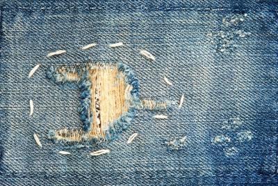 Trous en jeans - donc vous pouvez transformer les défauts de look à la mode