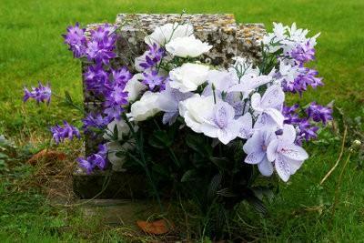 Sélectionnez graves des décorations pour une tombe urne