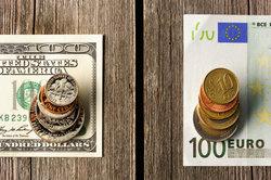 Euro dans le changement de dollars dans la caisse d'épargne - notes