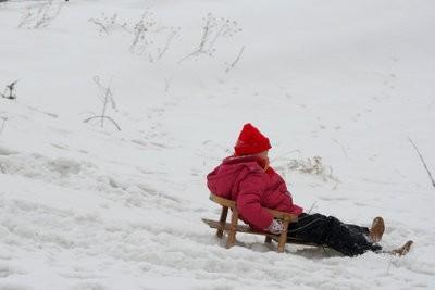 jeux de mouvement dans l'hiver - les activités de grands enfants extérieurs