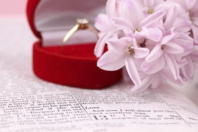 La main sur la bague de fiançailles de création