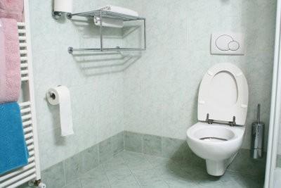 WC réservoir monté avec lui-même et la première fois - un guide