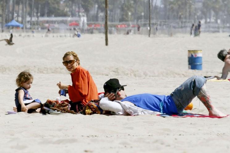 Alerte Cute!  Nicole Richie et Joel Madden prendre les enfants à la plage