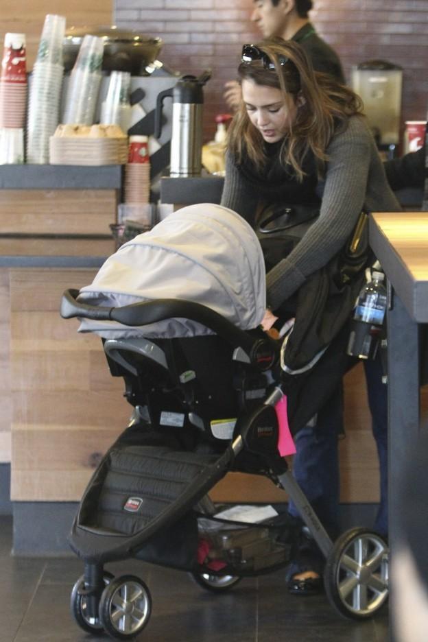 Jessica Alba fait un Starbucks Run With Baby Haven (Photos)
