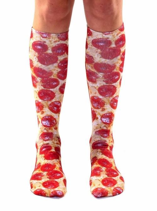 Gardez vos genoux au chaud avec des chaussettes de pizza!