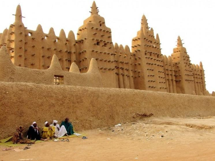 Grande Mosquée de Djenné, le plus grand bâtiment en briques de boue dans Le Monde