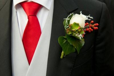 Fleurs pour les hommes - Prendre un bouton de mariage lui-même