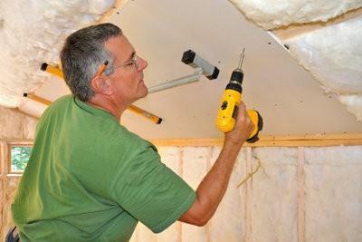 Montage au plafond revêtement de plâtre - un guide