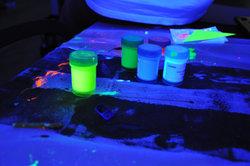 Couleurs néon - maquillage du visage avec UV peinture corporelle visionnaire