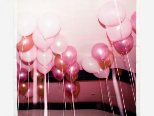 Et maintenant, la grandeur mélancolique d'un ballon foulard rose