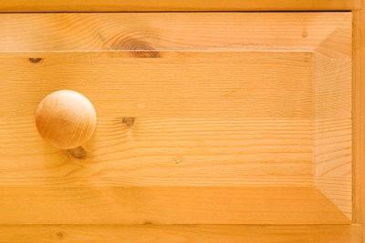 Maintenir la poitrine en bois tendre de tiroirs à droite