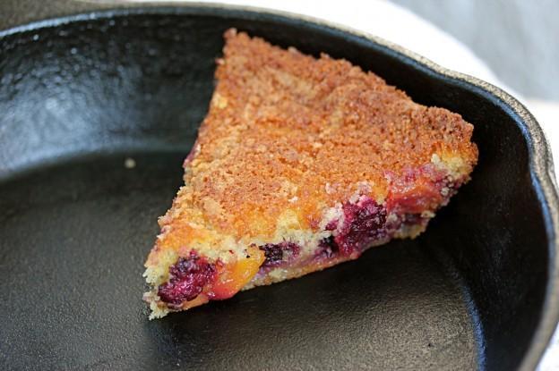 Poêlée de gâteau de maïs avec Blackberry et Nectarines