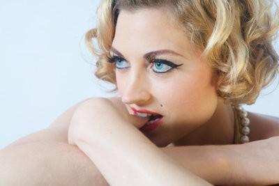 Fille aux cheveux blonds - de sorte que vous coiffer vos cheveux comme Marilyn Monroe