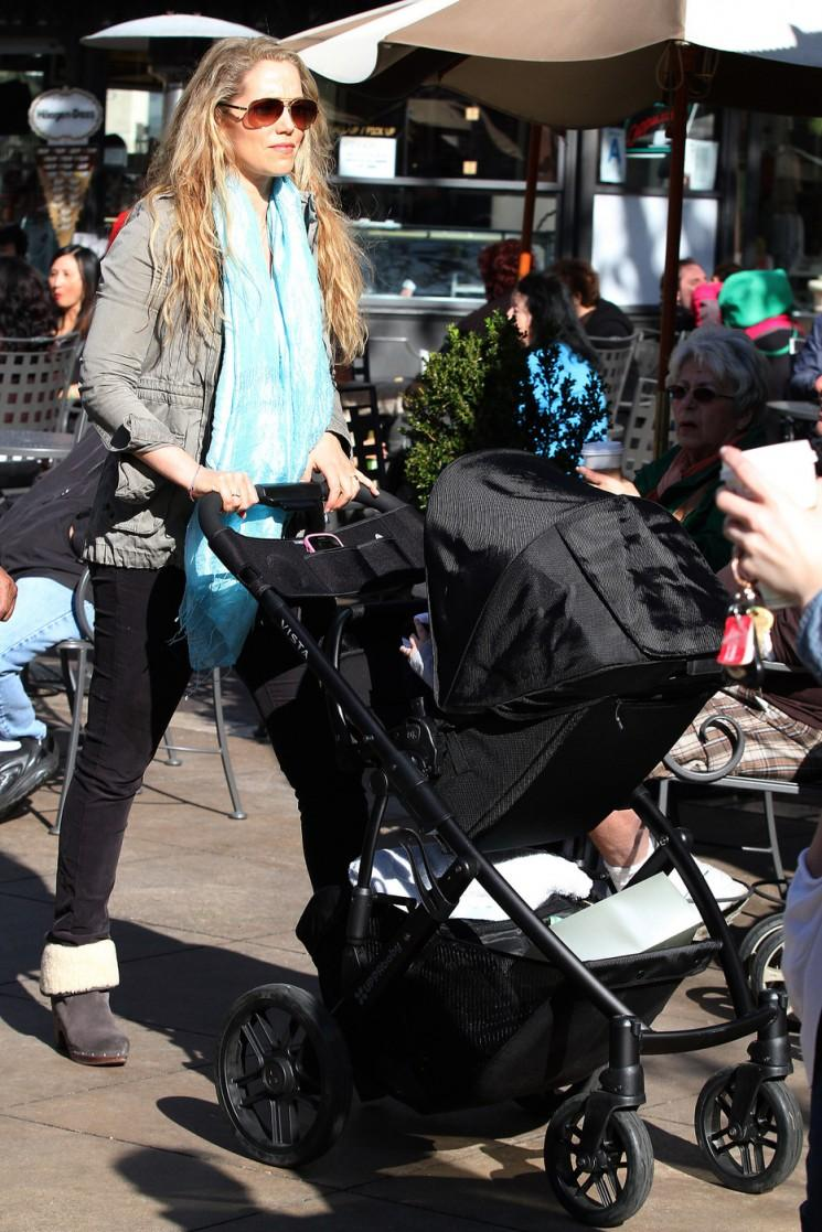 Photos rare de Elizabeth Berkley Out With Baby Sky!  (Photos)