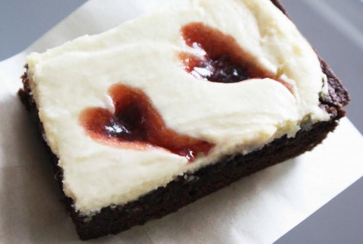 Brownies au chocolat au fromage avec coeurs Framboise