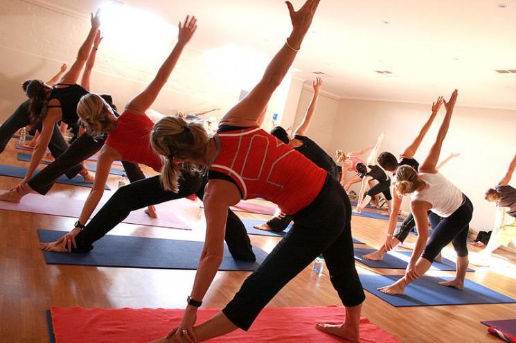 Rapport met en garde Près de 500 produits alimentaires contiennent des produits chimiques trouvés dans les tapis de yoga