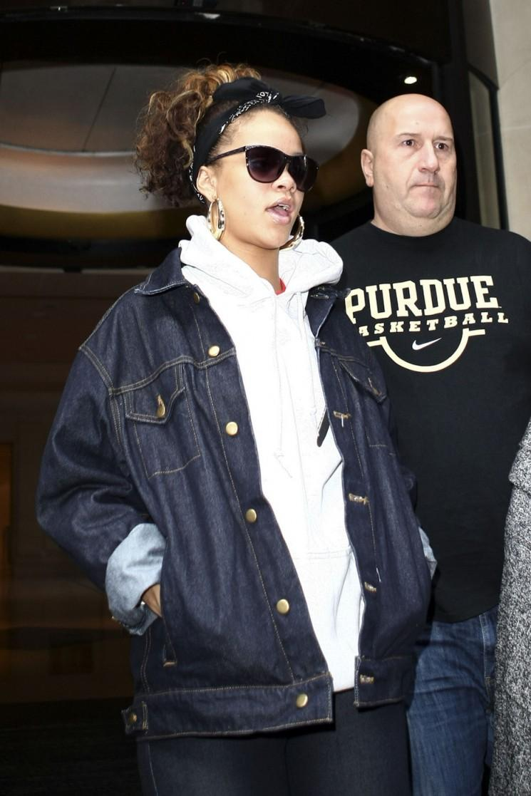 Rihanna éclaircit Grossesse Rumors- Sort Of (Photos)