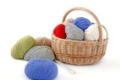 Tricoter une écharpe en laine - il vient à travers tricoté