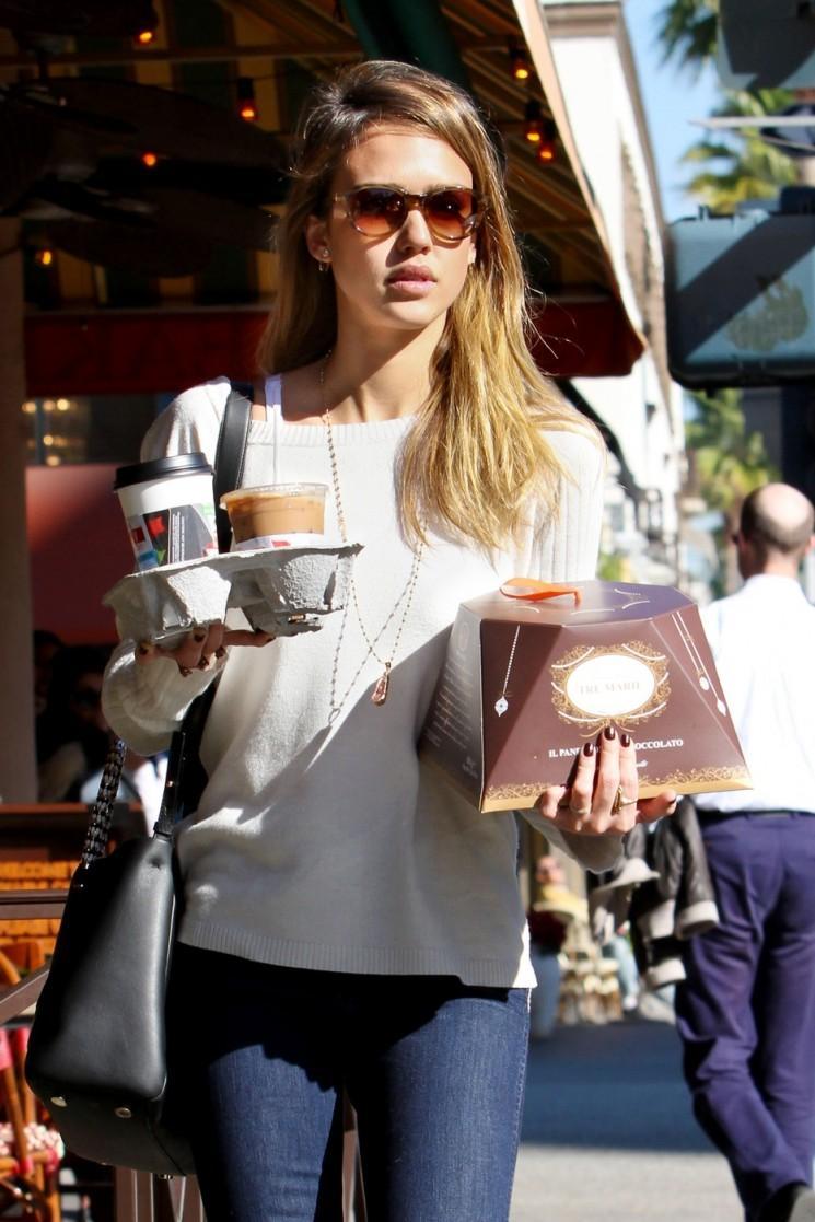 Busted!  Jessica Alba repéré avec gâteau et du café dans Santa Monica en Californie !!  (Photos)