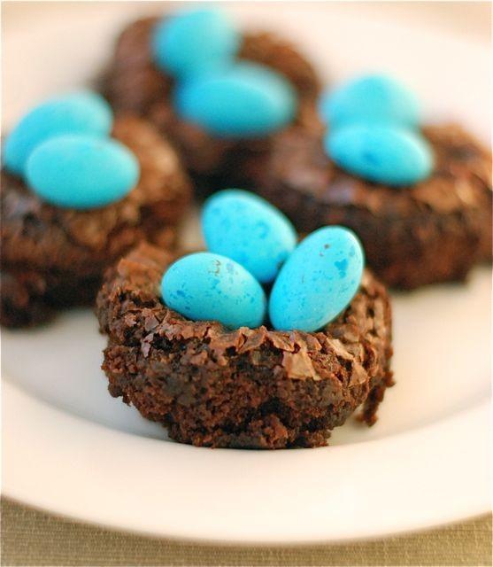 Oeufs de Pâques dans Brownie Nids